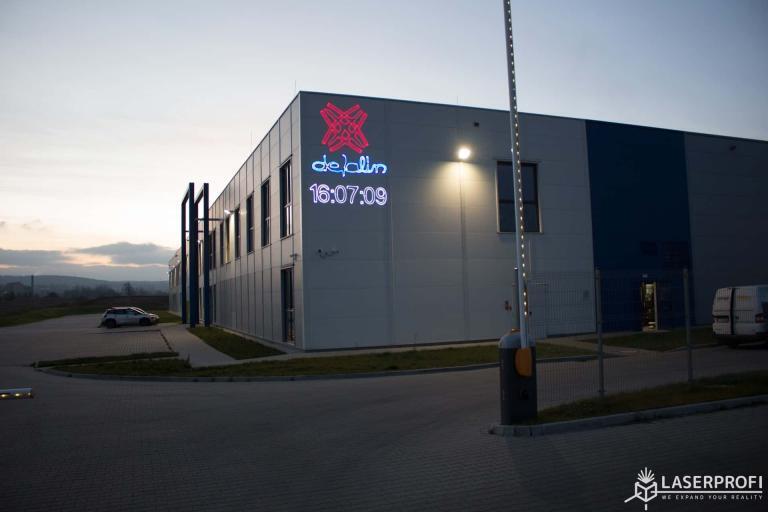 laserowe logo i godzina na budynku fabryki