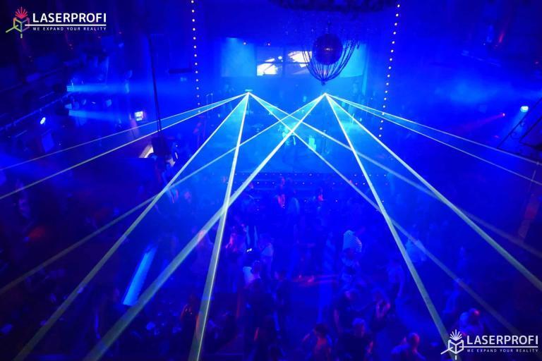niebieskie lasery w klubie dyskotekowym
