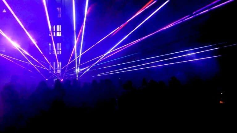 pokaz laserów przy hotelu medi spa w górach