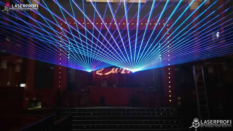 pokaz laserow na żywo wiązki laserowe