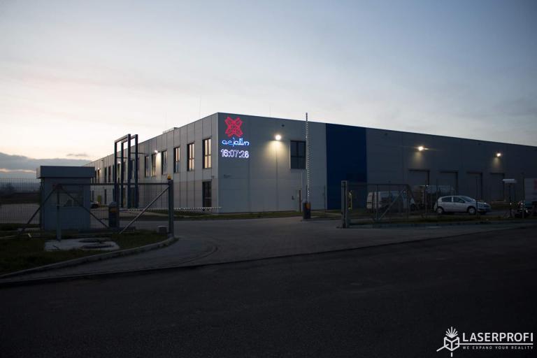 reklama laserowa na fabryce