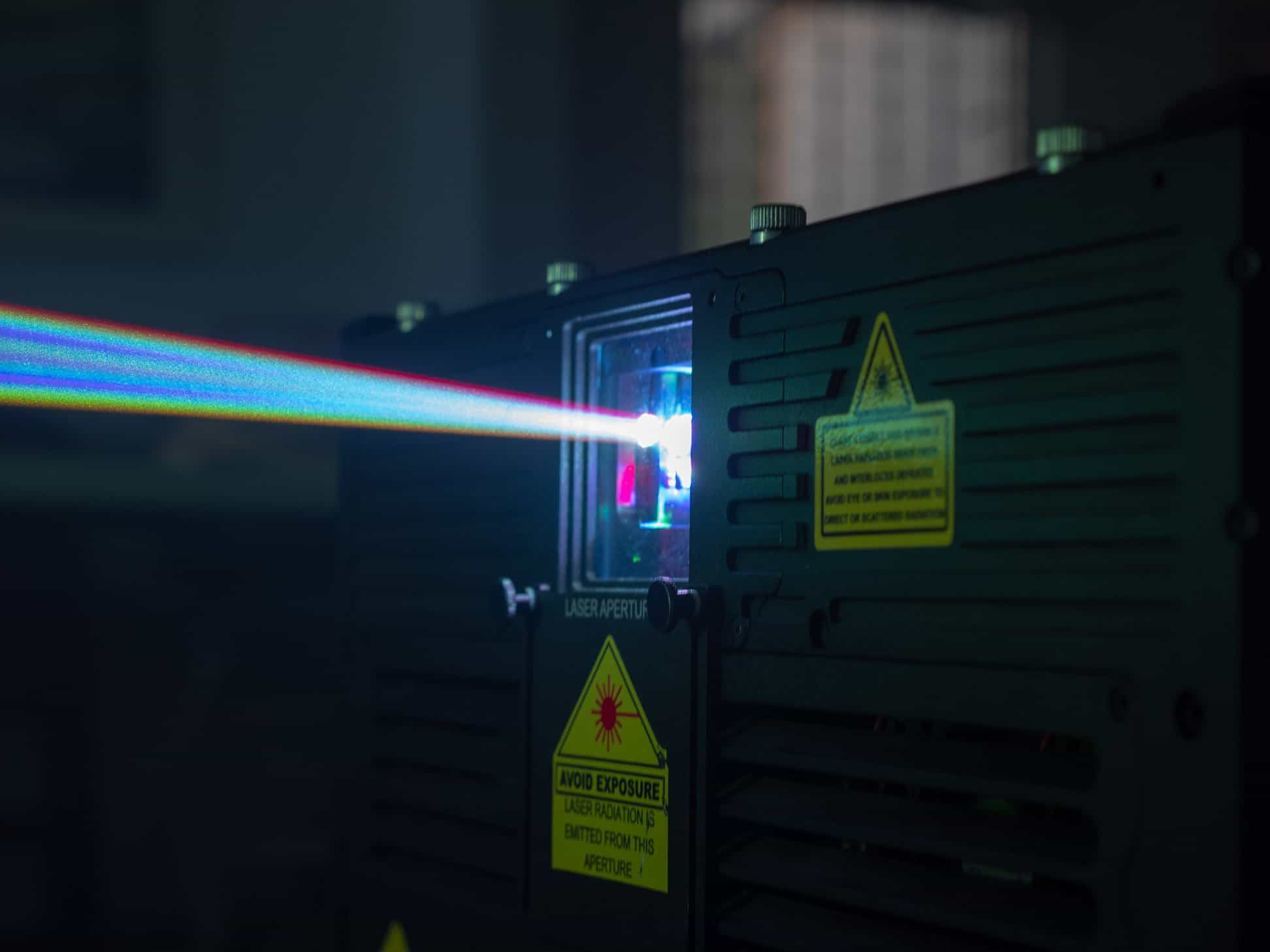 wiązka laserowa wychodząca z lasera kvant